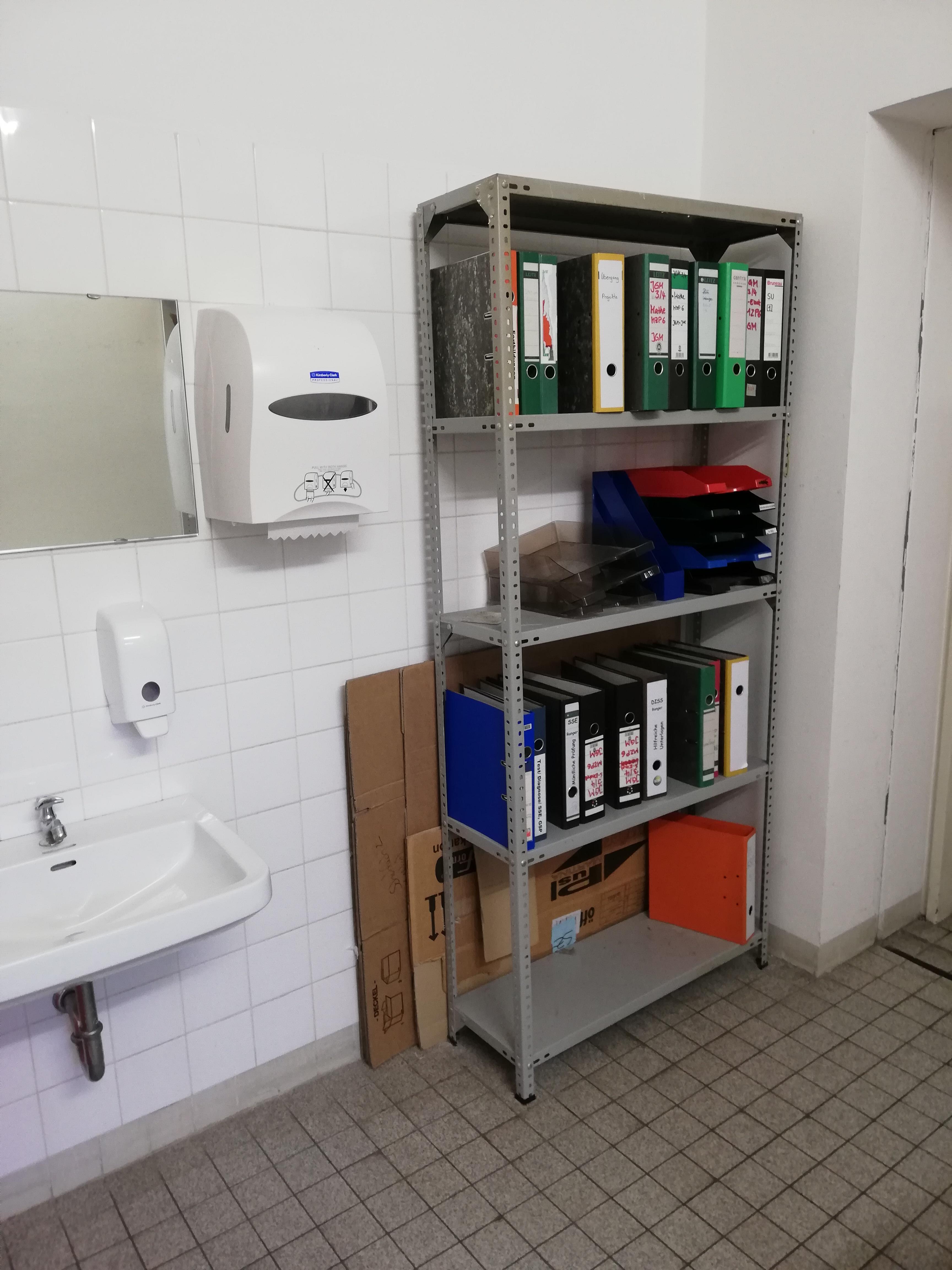 Aktenschrank im Sanitärbereich