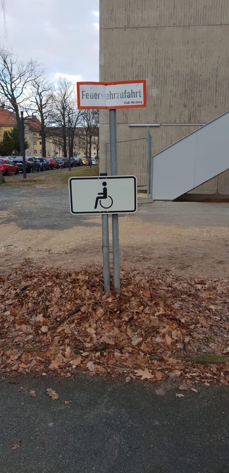 Behindertenparkplatz in Feuerwehrzufahrt
