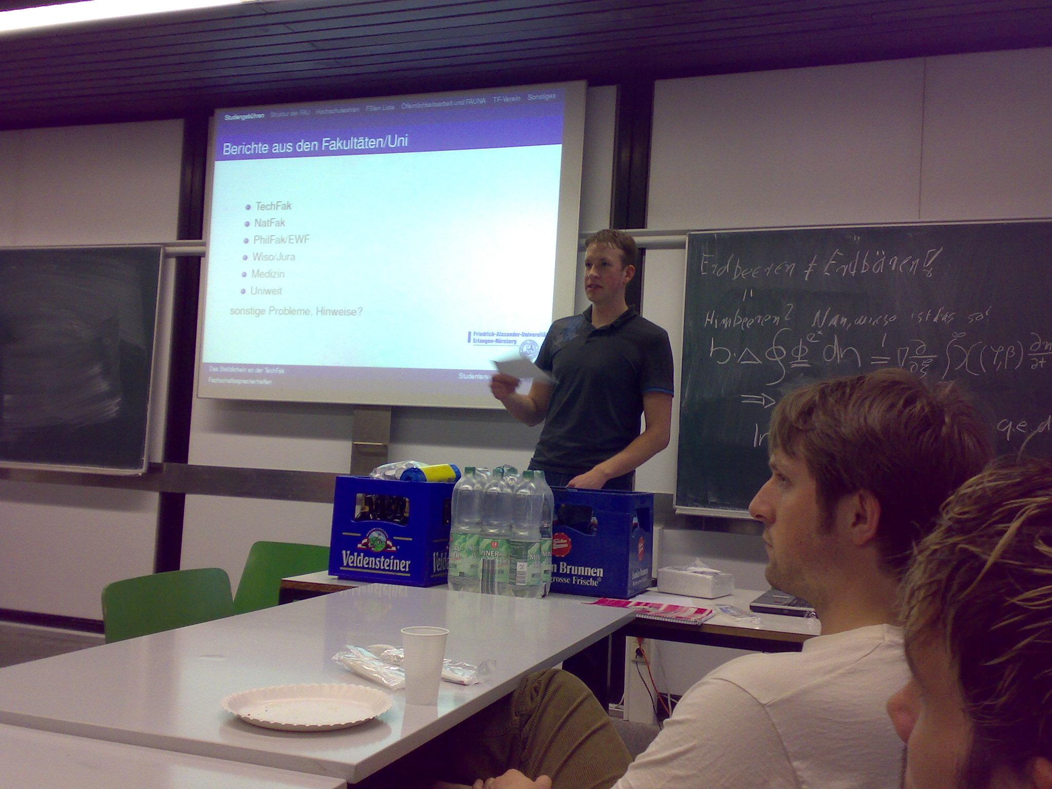 Robert - FS-Sprecher der TechFak - leitet das Treffen ganz hervorragend :)